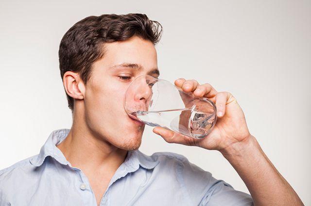 Entre os remédios para sinusite crônica uma opção caseira é beber água