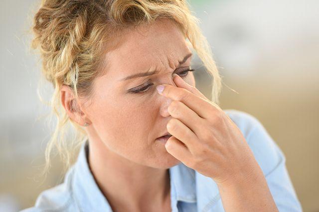 A coriza, dores na face e de cabeça estão entre os sintomas mais comuns da sinusite