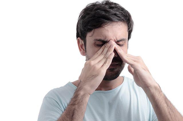 A sinusite desenvolve dores na região da face, secreção nasal e dor de cabeça