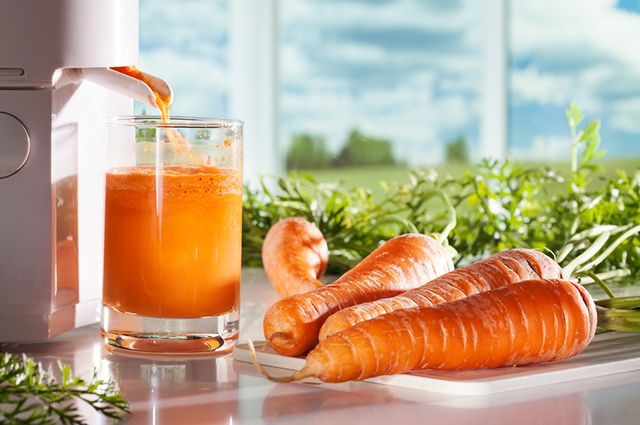 Osteoporose não tem cura, mas o suco de cenoura com água de coco ajuda a tratar