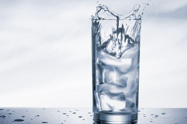 A água gelada integra a lista dos remédios caseiros para azia na gravidez