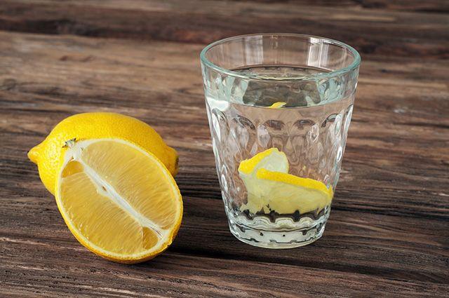 A água com limão é um dos remédios caseiros para azia, má digestão e gastrite