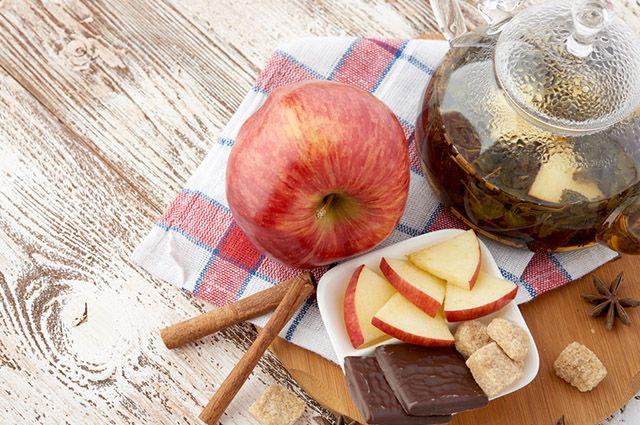 O chá de camomila e maçã integra a lista dos remédios caseiros para azia na gravidez