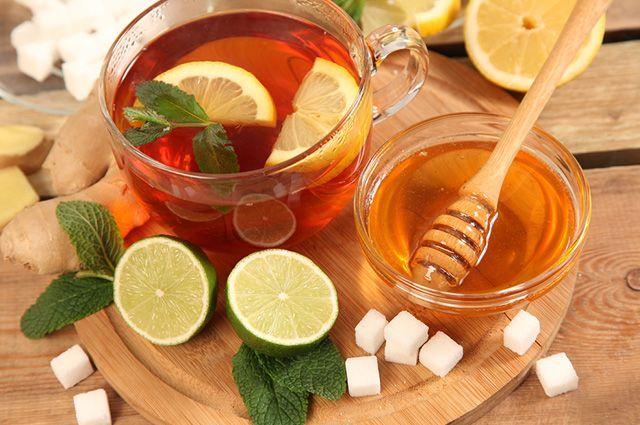 O chá de hortelã com limão e mel serve para curar gripes e resfriados