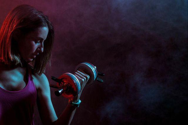 Mulher fazendo exercício para ganhar massa muscular