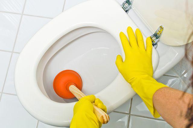 É possível desentupir vaso sanitário com papel filme e garrafa pet se a causa for decorrente de dejetos