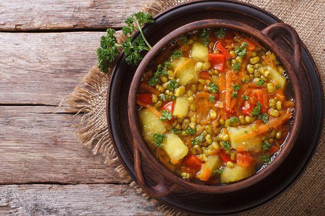 Panela com sopa de legumes