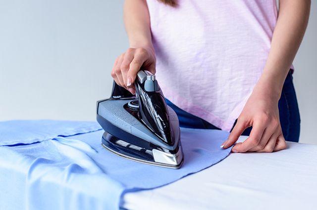 Para limpar ferro de passar roupas aposte no vinagre, bicarbonato de sódio, sal, açúcar ou detergente