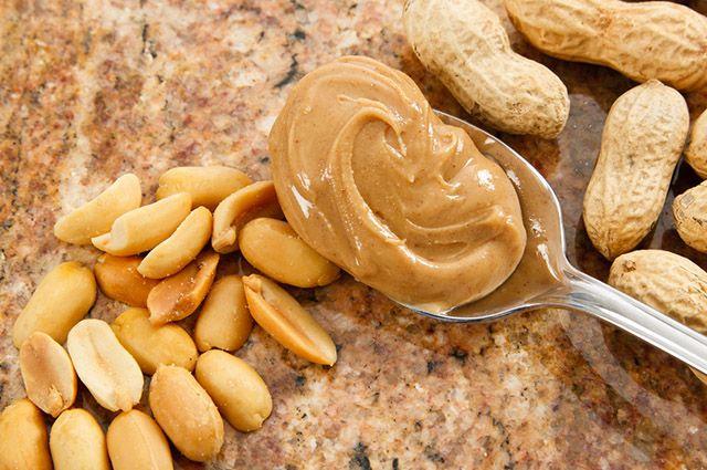 Para fazer a manteiga de amendoim caseira é preciso moer os grãos com sal e açúcar