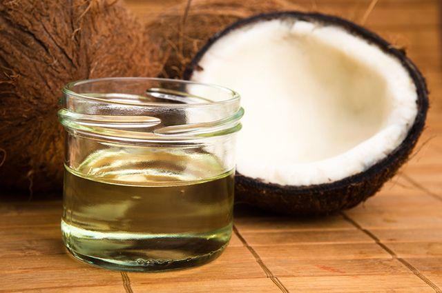Para fazer óleo de coco em casa você vai precisar de uma garrafa plástica e dois cocos