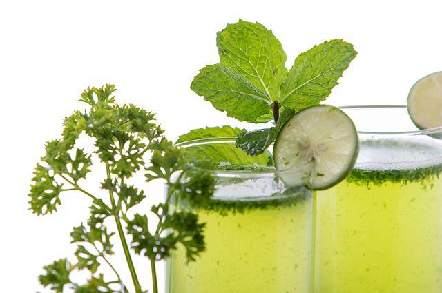 O suco de ervas é um remédio natural para congestão nasal