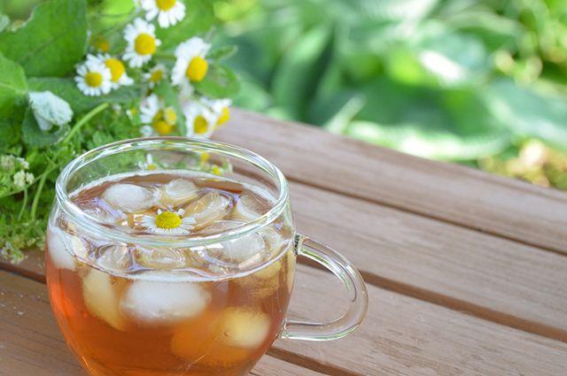 Xícara de chá de camomila gelado