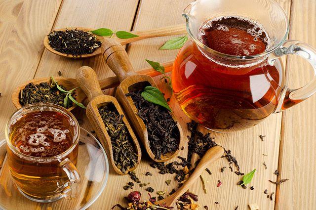 Xícara com chá preto com maçã