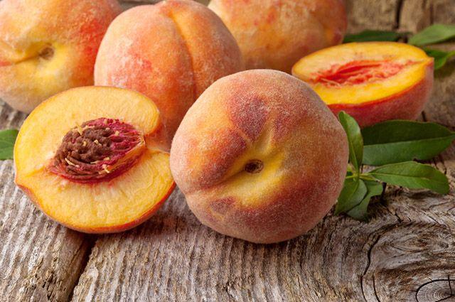 Foto de pêssegos em cima da mesa