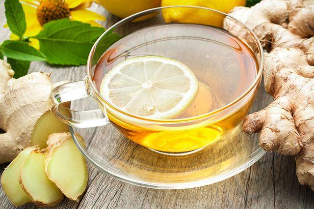 Xícara com chá de gengibre e limão
