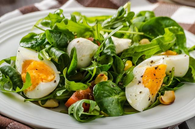 Salada com ovo cozido