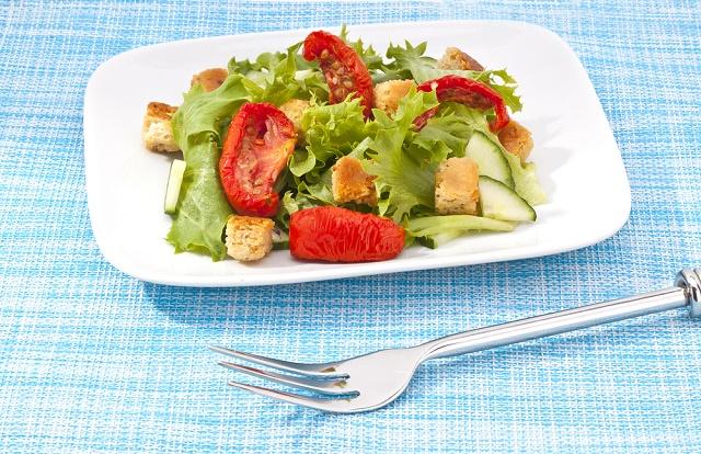 Prato branco com salada