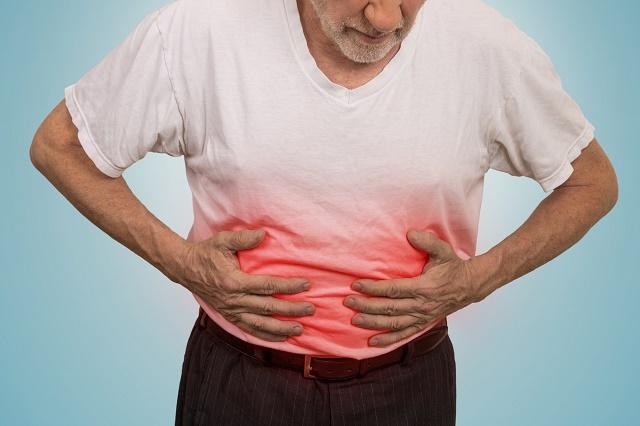 Homem com dor no intestino
