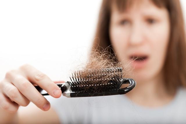 Mulher com cabelo caindo