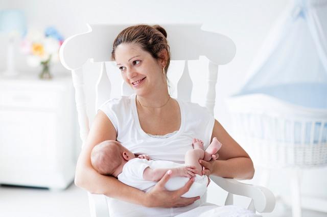 Mulher amamentando o filho