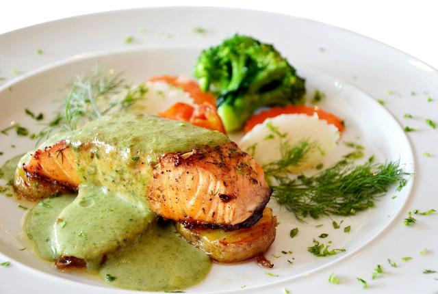 Molho verde sobre salmão