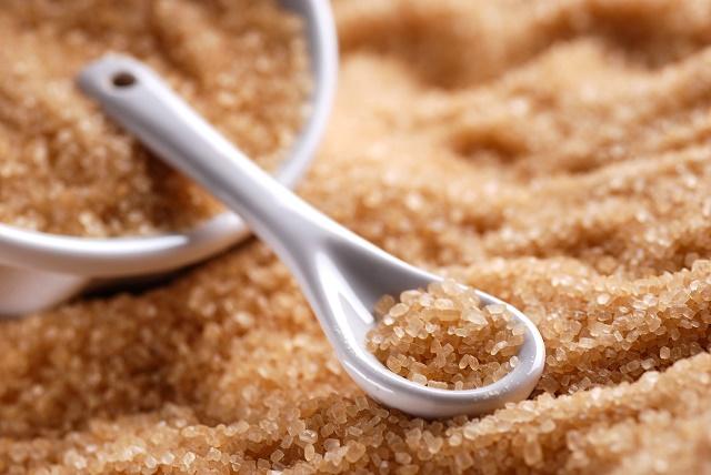 Açúcar mascavo na mesa