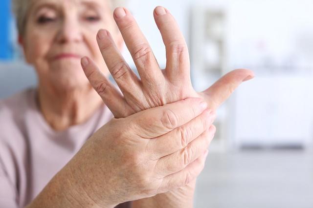 Senhora massageando mão