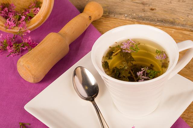 Xícara com chá de valeriana