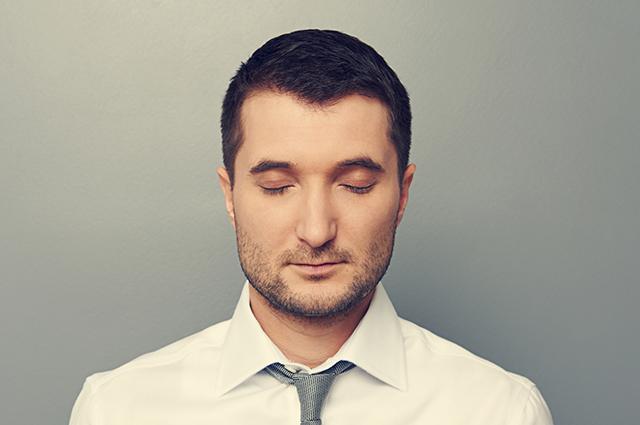 Homem calmo com olhos fechados
