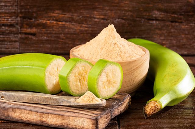 Banana verde cortada