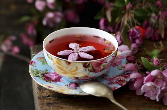 Xícara de chá de flores