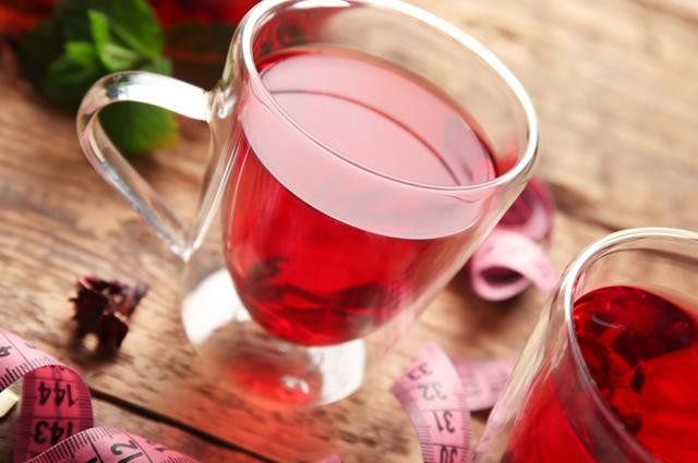 Xícara de chá de hibisco com fita métrica