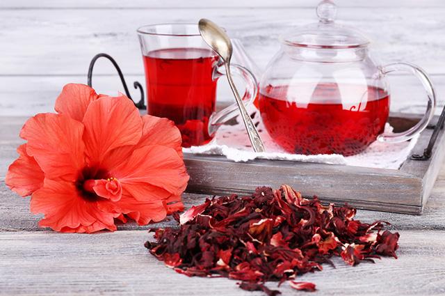 Xícara e bule com chá de hibisco