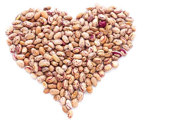 Coração formado com grãos de feijão