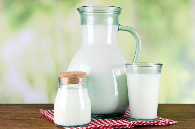 Jarra e copo com leite