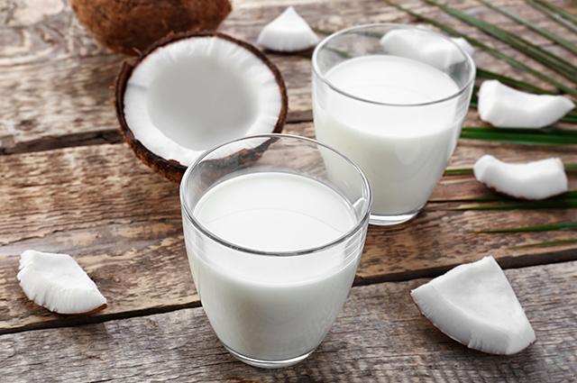 Copo com leite de coco