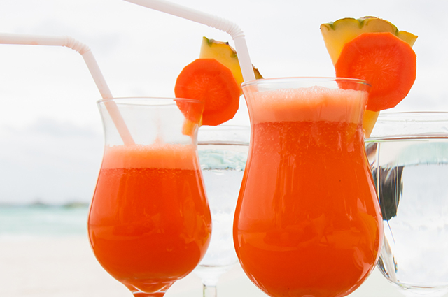 Taça com suco de cenoura e abacaxi