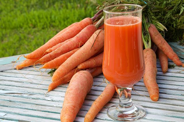 Copo com suco de cenoura