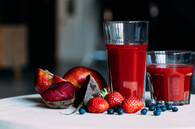 Copo com smoothie de beterraba e frutas vermelhas