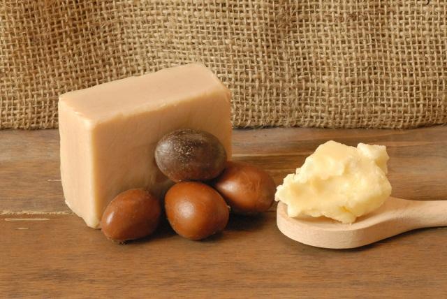 Manteiga de karité em colher de madeira